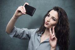 Muchacha alegre que toma un selfie Imagen de archivo
