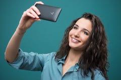 Muchacha alegre que toma un selfie Imágenes de archivo libres de regalías
