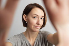 Muchacha alegre sonriente con las pecas que hacen el selfie Estirar el th Imagenes de archivo