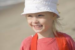 Muchacha alegre sonriente en la costa Fotografía de archivo