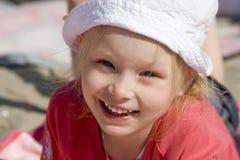 Muchacha alegre sonriente en la playa Imágenes de archivo libres de regalías