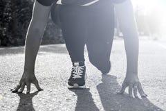 Muchacha alrededor a comenzar a correr y a competir con al aire libre fotografía de archivo