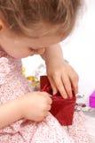 Muchacha alrededor para abrir sus regalos de Navidad Imagen de archivo libre de regalías
