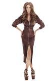 Muchacha alta hermosa en un vestido de cuero marrón apretado Imagenes de archivo
