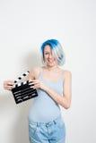Muchacha alternativa adolescente que presenta con la chapaleta de la película Imagen de archivo