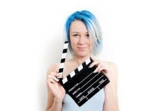 Muchacha alternativa adolescente que presenta con la chapaleta de la película Fotos de archivo