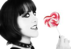 Muchacha alternativa blanco y negro con un corazón rojo Fotografía de archivo