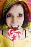 Muchacha alternativa con un Lollipop del corazón Imágenes de archivo libres de regalías