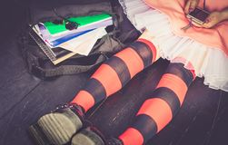Muchacha alternativa joven con el bolso de escuela Fotografía de archivo