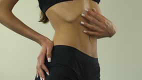 Muchacha anoréxica que muestra el estómago, inseguridades, extremadamente - peso corporal bajo, primer almacen de video
