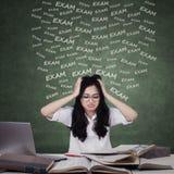 Muchacha ansiosa que se prepara para el examen Foto de archivo
