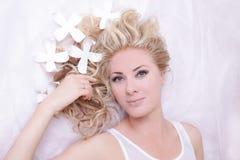 Muchacha apacible pelirroja con las margaritas en la mentira del pelo Imagen de archivo libre de regalías
