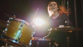 Muchacha apasionada con el pelo largo - batería de la percusión realice la música analizan - música rock adolescente Fotografía de archivo