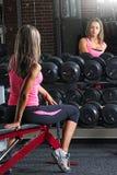 Muchacha apta de la aptitud que mira en el espejo el gimnasio Imagen de archivo libre de regalías