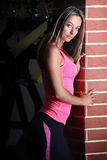 Muchacha apta de la aptitud que se coloca en el gimnasio Fotos de archivo