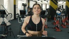 Muchacha apta del cuerpo que corre en gimnasio almacen de video