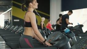 Muchacha apta del cuerpo que corre en gimnasio almacen de metraje de vídeo