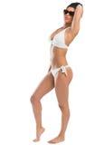 Muchacha apta en bikini que pone mala cara en las gafas de sol que llevan de la cámara Fotos de archivo libres de regalías