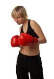 Muchacha apta en guantes de boxeo rojos Foto de archivo libre de regalías