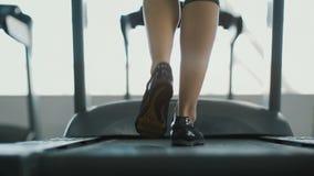 Muchacha apta que corre en gimnasio almacen de metraje de vídeo