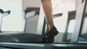 Muchacha apta que corre en gimnasio almacen de video