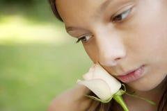 Muchacha ascendente cercana de la comida campestre que detiene a Rose blanca Imágenes de archivo libres de regalías