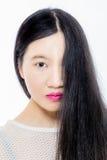 Muchacha asiática adolescente con cara de la cubierta del pelo la media Fotos de archivo