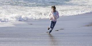 Muchacha asiática adolescente en la playa Foto de archivo libre de regalías