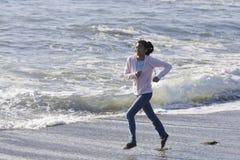 Muchacha asiática adolescente en la playa Imagen de archivo libre de regalías