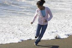 Muchacha asiática adolescente en la playa Fotos de archivo libres de regalías