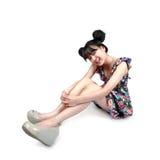 Muchacha asiática adolescente sonriente que se sienta en el piso Fotos de archivo libres de regalías