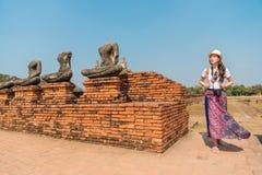 Muchacha asiática adolescente turística con la falda elegante Imágenes de archivo libres de regalías