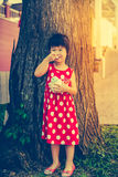 Muchacha asiática adorable que come el helado en el día de verano outdoors Foto de archivo libre de regalías
