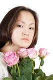 Muchacha asiática atractiva con las flores Foto de archivo libre de regalías