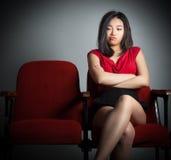 Muchacha asiática atractiva 20s en el fondo del blanco del aislante del teatro fotos de archivo libres de regalías