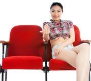 Muchacha asiática atractiva 20s en el fondo del blanco del aislante del teatro Imagenes de archivo