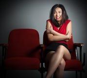 Muchacha asiática atractiva 20s en el fondo del blanco del aislante del teatro Fotografía de archivo libre de regalías