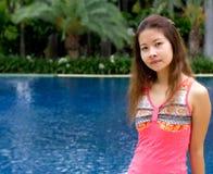 Muchacha asiática cerca de la piscina Foto de archivo