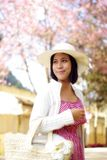 Muchacha asiática con el bolso en el campo Imagen de archivo libre de regalías