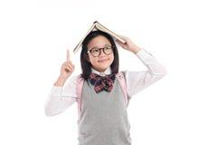 Muchacha asiática con el libro en la cabeza Fotos de archivo libres de regalías