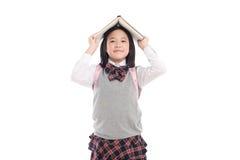 Muchacha asiática con el libro en la cabeza Foto de archivo