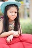 Muchacha asiática con el pelo largo que desgasta el sombrero de vaquero azul Foto de archivo libre de regalías