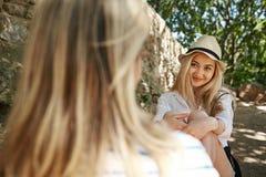 Muchacha asiática con el retrato del verano del amigo en parque MI feliz sonriente imagen de archivo libre de regalías