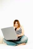 Muchacha asiática con la computadora portátil Imagen de archivo