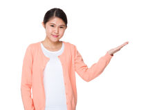 Muchacha asiática con la demostración de la mano con la muestra en blanco Fotografía de archivo libre de regalías