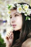 Muchacha asiática con la guirnalda Imágenes de archivo libres de regalías