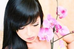 Muchacha asiática con la orquídea fotografía de archivo libre de regalías