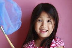 Muchacha asiática con la red de la mariposa Imagenes de archivo