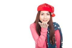 Muchacha asiática con la sonrisa roja del sombrero de la Navidad que sopla un beso Imágenes de archivo libres de regalías