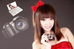 Muchacha asiática con las cámaras digitales Fotos de archivo